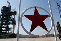 """""""Unha-3"""" – Milchstraße – heißt die umstrittene Rakete (hier zu sehen auf dem Raumfahrtgelände Tongchang-ri). Laut UN-Resolution sind Nordkorea solche Raketenstarts untersagt."""
